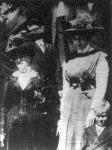 Peary Róbertné - a képen baloldalon