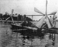 A csónak a viz felületén gyorsvonat sebességével siklott tova a légcsavarok forgása következtében