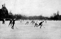 A magyar-cseh jéghockey mérkőzés a városligeti jégpályan. Erős küzdelem a csapatok között