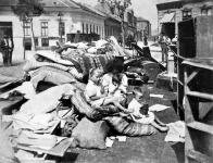 Kilakoltatott Kisfuvaros-utczai lakók a Kálvária-téren.