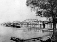 A gombos-erdődi új Duna-híd, mellette a gőzkomp