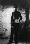 NévtelenKlacsó Károly detektiv, levélhordónak öltözve