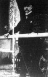 Wellmann Valter, a hirneves amerikai léghajós, a mint Amerika nevü kormányozható léghajójának korlátja előtt áll