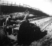 A szikratáviró állomással felszerelt katonai gépkocsi az országuton végigvágtat