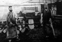 A Krupp-gyárban két nagyerejü munkás az ágyuanyaghoz szükséges bronzkeveréket izzó fehér állapotban szállitja a hűtőbe