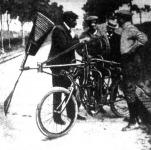 Archdeakon, a hirneves léghajós motorszerkezetü kerékpáron próbálja ki, hogy a légcsavarnak milyen alakzata a legalkalmasabb a repülés technikája szempontjából