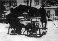Automobil-szánkó. Két szánkót kapcsolnak össze, az elsőn helyezik el a motort, a másodiknak az ülése alatt van a szegecsen forgó henger
