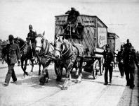 Hússzállítás rendőri fedezettel a londoni sztrájk alatt