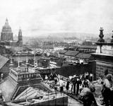 A Magyar Királyi Operaház átalakítása. Munkások az Operaház tetején