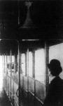 A tramofon. A londoni közuti közlekedési vonalak várótermeiben most állitották fel a képen látható fonográftölcsérrel kapcsolatos készüléket