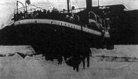 A Mainz expediczió-hajó a Spitzbergák egyik szigetének öblében