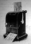 Ez a gép hivatva van a postautalványokat felvenni, kezelni, lebélyegezni, nyugtát adni, sorszámot nyomni, mindezt egyetlen hajtókarmozdulattal