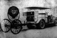 A hadi automobil villamos lámpája használatra készen a magasba van emelve