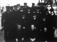 Amundsen Roald és a Fram nevü expedicziós hajó tisztjei és legénysége az elutazás előtt