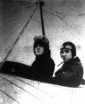 Davis kisasszony, ki az első nő volt, a ki mint utas tette meg a légiutat repülőgépen Londonból Párisba
