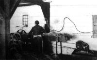 Az elektromos furógép az ácstelep üzemében