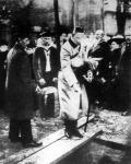 A német trónörökös a Zeppelin léghajó áldozatainak koporsóinál