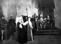 Herczeg Ferencz  Éva boszorkány czímű színműve a Nemzeti Színházban.  A vallatás: elöl Orsola néne  (Rákosi Szidi)  és Éva herczegnő  (Váradi Aranka)