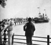 A Baross hajó érkezése a balatonfüredi kikötőbe