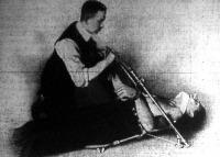 Egy uj német találmány fulladás okozta eszméletlenség következtében szükséges mesterséges lélekzés elősegitésére