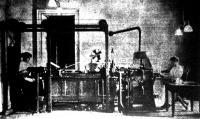 A washingtoni állampénztár  higienikus szempontból minden papirospénzt a képen látható gépberendezés segélyével megmos, megszárit, levasal