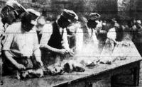 Katonák darabolják a párolgó húst.