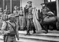 Elfogott orosz tiszt elszállítása az őrségről