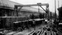 A Lánczhíd új részeinek vasúti kocsikra rakása a diósgyőri vasgyárban
