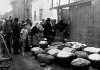 Kecskeméti baraczkvásár: eladók a kereskedő háza előtt