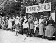 Háborus jótékony intézmények Budapesten: ebédre várakozók sora