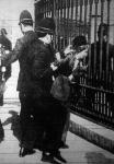 Szüfrazsettek és rendőrök harca (egyoldalúnak tűnik)