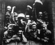 Mennek a katonák.Szép szál legények, derék magyar fiúk mennek a hazát védeni