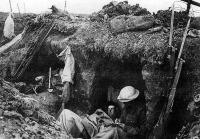 Lövészárokban pihenő katonák. A lövészárok-taktika elnyújtotta és nagyon véressé tette a háborút