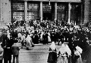 A háborús behívottakat várják a Kelepi Pályaudvar előtt