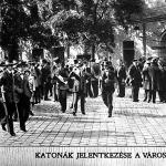 Katonák jelentkezése a városháza udvarán