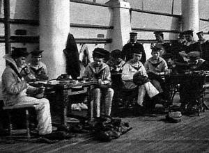 Békés munka a hadihajón