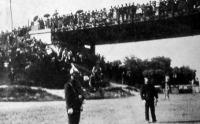 A közönség az újpesti hídon várja a kongresszus tagjait hozó hajót.