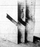 Három egymástól 10 - 10 centiméterre álló bádoglemez amelyeket egy falöveg mintegy 50 centiméter távolságró átszakított.