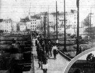 tkelés a Maas folyón. A menekülő belgák felrobbantották a Maas kőhídját, mire a német csapatok 5 óra alatt a képünkön látható pontonhidat verték