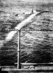 Egy angol hadihajó megvilágítja a német flotta egyik tengeralattjáró hajóját