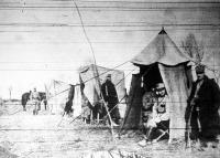 Tábori telefon. A parancsnoki sátor mellett állítják fel a telefon fülkét. Ide futnak össze a csatatér összes jelentései