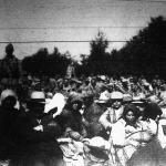 A galiciai harctérről. Orosz foglyok és kémek, akiket katonák őrizetbe vettek. A háttérben helyezkedett el az egyik nagy ütközetben foglyul ejtett orosz katonák csapata