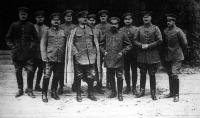 Első képünkön Kluck tábornok áll vezérkarával. Azokat a hallatlanul fényes győzelmeket, melyeket a németek a háború kezdete óta szereztek, katonáik bátorságán kívül, kiváló hadvezéreiknek is köszönhetik