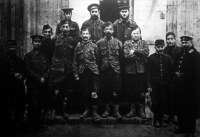Egy német hadifogolytáborból.E kép a foglyok egy válogatott csoportját ábrázolja. Van köztük angol, francia, belga és orosz fogoly