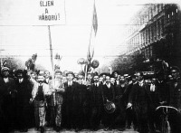 1914. A hadüzenet hatására lelkesült tömegek vonultak fel az utcán