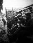Üdvözlet a lövészárokból. Végig ülik a derék katonák a lövőárok padkáját és írják haza a leveleket