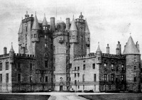 A Glamis -Castle, a Macbeth-család leszármazottainak mai lakóhelye. A kastély, melynek egyes részei már Macbeth idejében is megvoltak szemben áll a birnami erdővel