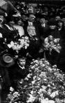 Pósa Lajos az ünneplői által hozott virágok között