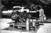 Egy épp frissen gyártott M11 -es mozsárral fényképekzedik egy hős