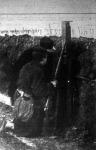Belga katonák periskoppal figyelik az ellenséget